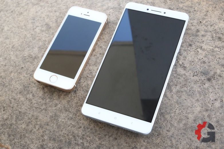 Lenovo Mi Max compared to an iPhone SE